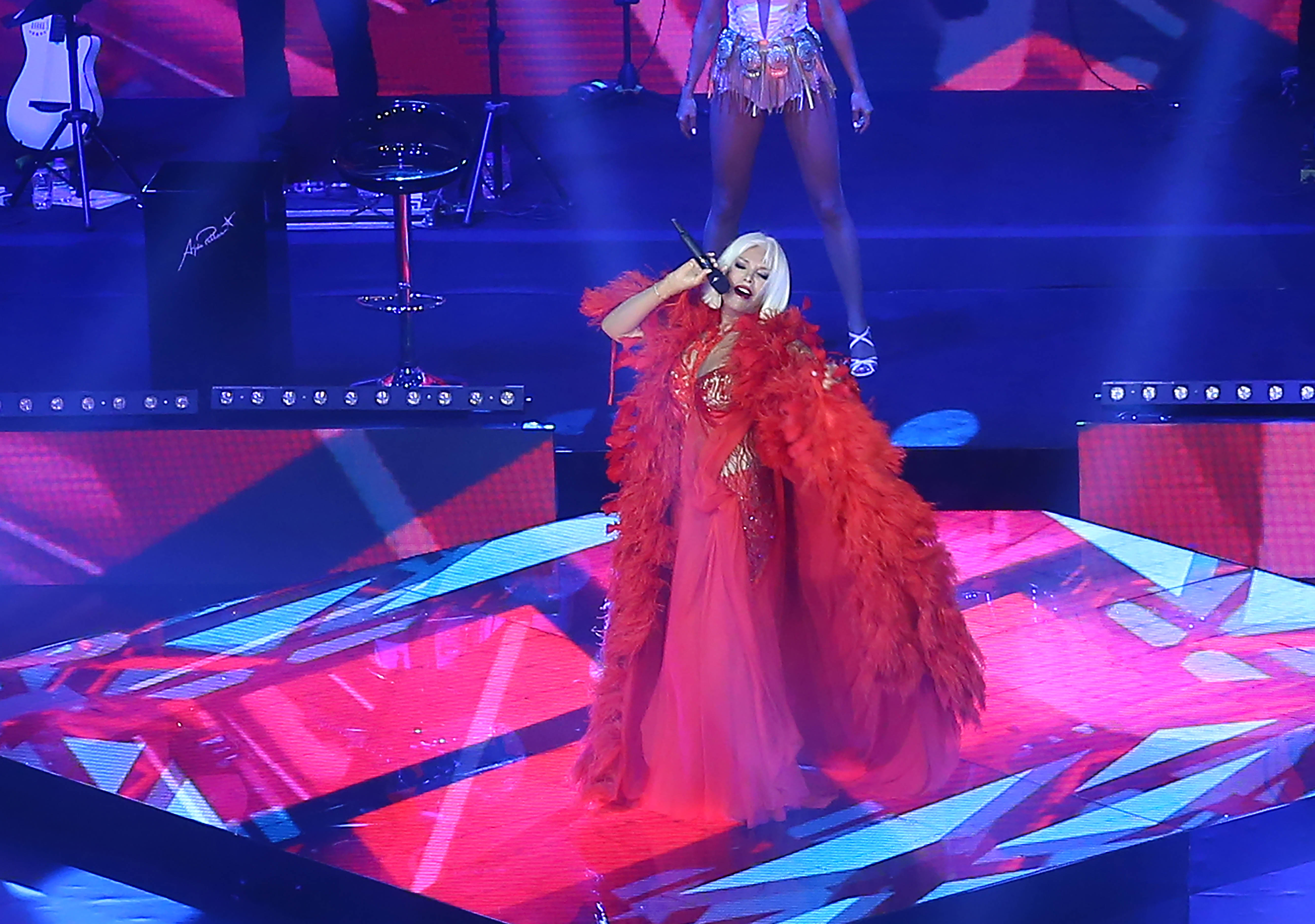"""Ünlü şarkıcı Ajda Pekkan, """"Turkcell Yıldızlı Geceler"""" kapsamında Harbiye Cemil Topuzlu Açıkhava Sahnesi'nde hayranlarıyla buluştu. ( Abdullah Coşkun - Anadolu Ajansı )"""